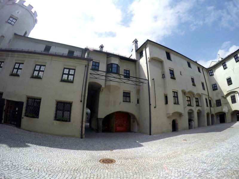 Vom Innenhof der Burghasegg zum Durchgang und Eingangsbereich des Stadtmuseums