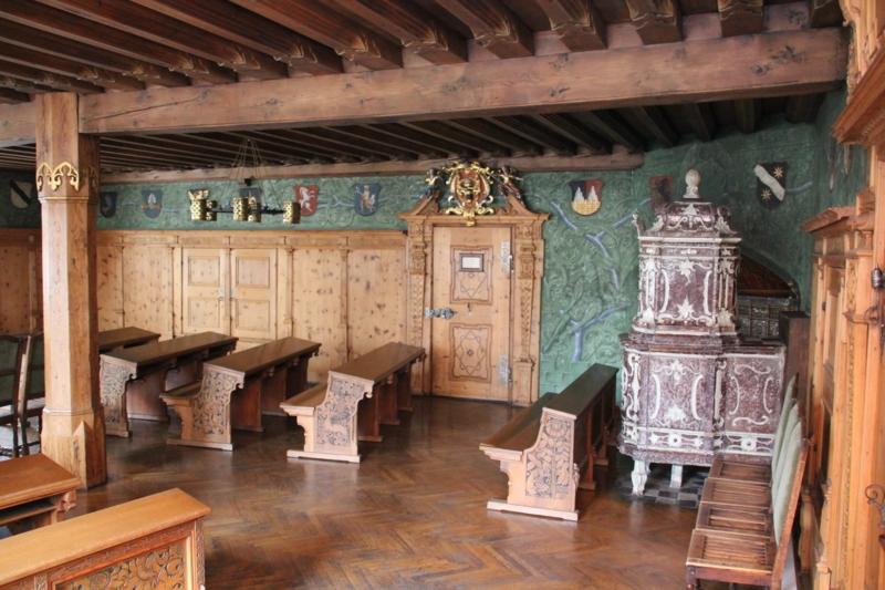 Der historische Trauungssaal im Haller Rathaus mit dem Kachelofen