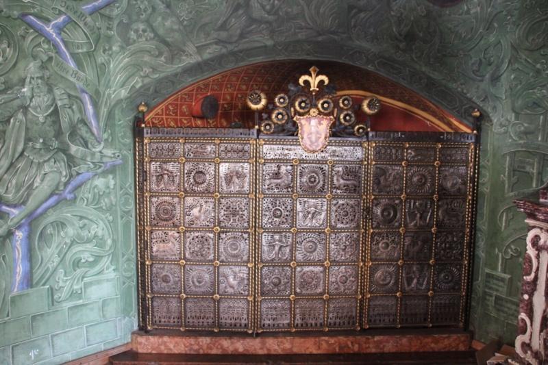 Detailansicht des wunderschön gestalteten Ofens im Trauungssaal